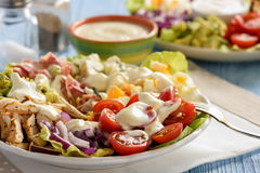 Avocat, tomates, lard, poulet et oignon de cobb- de salade Images stock