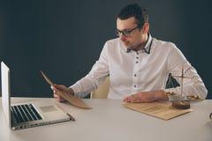 Avocat travaillant avec des documents, écrivant l'information par le stylo photo libre de droits