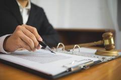 Avocat travaillant avec des papiers de contrat sur la table dans le bureau avocat de conseiller, mandataire, juge de cour, concep photo stock