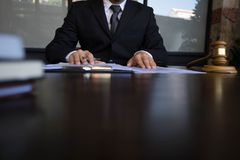 Avocat travaillant avec des papiers de contrat sur la table dans le bureau avocat de conseiller, mandataire, juge de cour, concep photos stock
