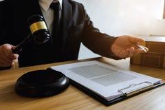 Avocat travaillant avec le client de contrat sur la table dans le bureau avocat de conseiller, mandataire, juge de cour, concept photo libre de droits