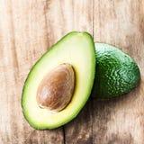 Avocatofrucht über hölzernem Hintergrund Frisches grünes Avocado frui Lizenzfreies Stockbild