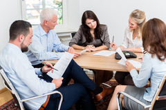 Avocats ayant la réunion d'équipe au cabinet d'avocats images libres de droits