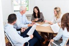 Avocats ayant la réunion d'équipe au cabinet d'avocats Photos libres de droits