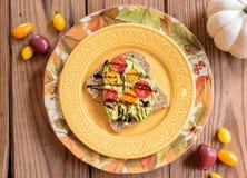 Avodaco多士用五颜六色的蕃茄 免版税库存照片