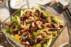 Avodaco ed insalata del gamberetto fotografie stock