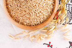 Avoine dans un bol en bois et des épis d'avoine de blé Images libres de droits