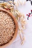 Avoine dans un bol en bois et des épis d'avoine de blé Photos stock