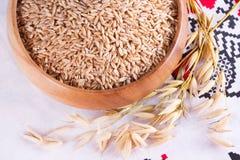 Avoine dans un bol en bois et des épis d'avoine de blé Photos libres de droits