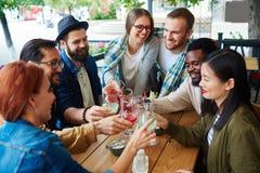 Avoir des cocktails Photos libres de droits
