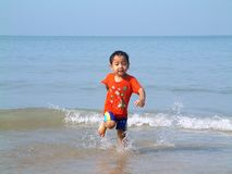 Avoir l'amusement à la plage Photographie stock libre de droits