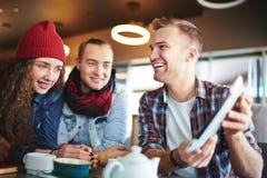 Avoir l'amusement avec des amis en café Image stock