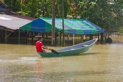 Avoir l'amusement avec le bateau en inondation images libres de droits