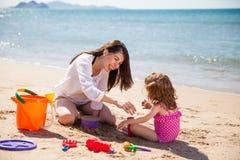 Avoir l'amusement avec le sable Photographie stock libre de droits