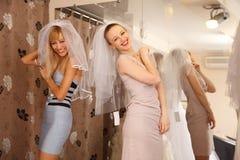 Avoir l'amusement dans la boutique nuptiale Images libres de droits