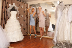 Avoir l'amusement dans la boutique nuptiale Photo stock