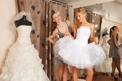 Avoir l'amusement dans la boutique nuptiale Photo stock