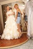 Avoir l'amusement dans la boutique nuptiale Photo libre de droits