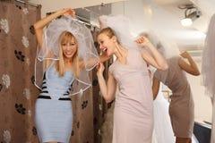Avoir l'amusement dans la boutique nuptiale Image stock
