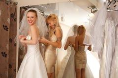 Avoir l'amusement dans la boutique nuptiale Photographie stock libre de droits