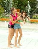 Avoir l'amusement dans la fontaine d'eau Photographie stock libre de droits