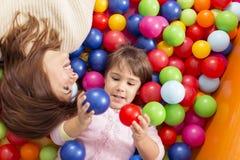 Avoir l'amusement dans une piscine de boule Photo libre de droits