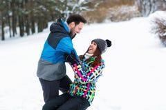 Avoir l'amusement le jour d'hiver de neige en belle montagne Photographie stock