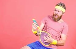 Avoir l'amusement Loisirs actifs de tennis Fond rouge de raquette de tennis de prise de hippie d'athl?te ? disposition Cru de jou image libre de droits