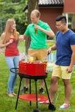 Avoir l'amusement sur un barbecue Photographie stock libre de droits