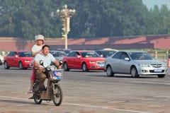 Avoir l'amusement sur un e-vélo au centre de la ville, Pékin, Chine Photographie stock