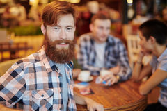 Avoir la pause-café en petit café photo libre de droits
