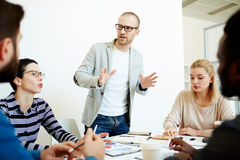 Avoir la réunion dans la salle de réunion moderne Image stock