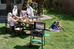 Avoir le barbecue tout en célébrant le 4 juillet ensemble, concept de Jour de la Déclaration d'Indépendance Photos stock