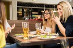 Avoir le bon temps dans un restaurant Photo libre de droits