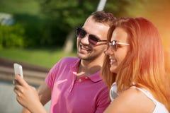 Avoir le week-end dans le parc d'été Images stock
