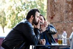 Avoir une fumée avec de la bière Allumage d'une cigarette Photographie stock libre de droits