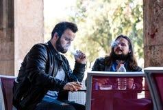 Avoir une fumée avec de la bière Allumage d'une cigarette Photo libre de droits