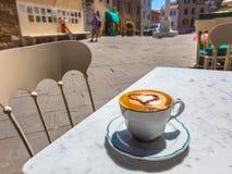 Avoir une tasse de cappuccino dans une ville italienne Photographie stock