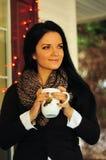 Avoir une tasse de thé un jour froid d'automne Images libres de droits