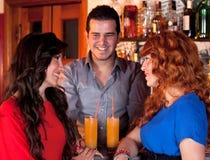 Avoir une vie sociale au bar. Images stock