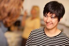 Avoir une vie sociale de sourire de jeune femme Photographie stock