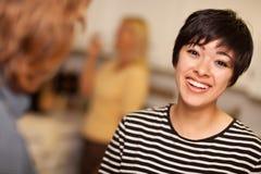 Avoir une vie sociale riant de jeune femme Photo libre de droits