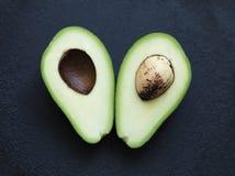 Avokado i ett snitt Arkivfoto