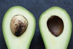 Avokado i ett snitt Arkivfoton