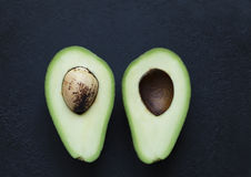 Avokado i ett snitt Royaltyfri Fotografi