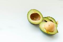 avokado klippt ny hälft Fotografering för Bildbyråer