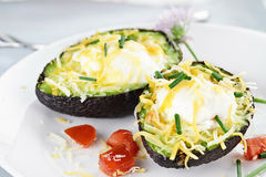 Avokado med ägg och ost Royaltyfri Fotografi