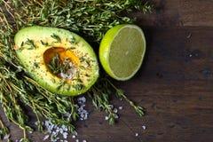 Avokado med det salta limefrukt, timjan och havet royaltyfri foto