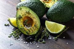 Avokado med det salta limefrukt, timjan och havet arkivfoto