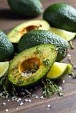 Avokado med limefrukt arkivfoton
